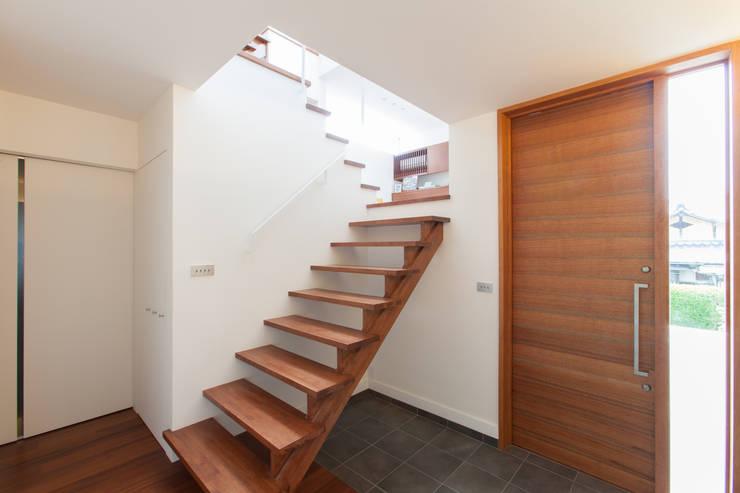 箕面桜の家 モダンスタイルの 玄関&廊下&階段 の 株式会社 atelier waon モダン