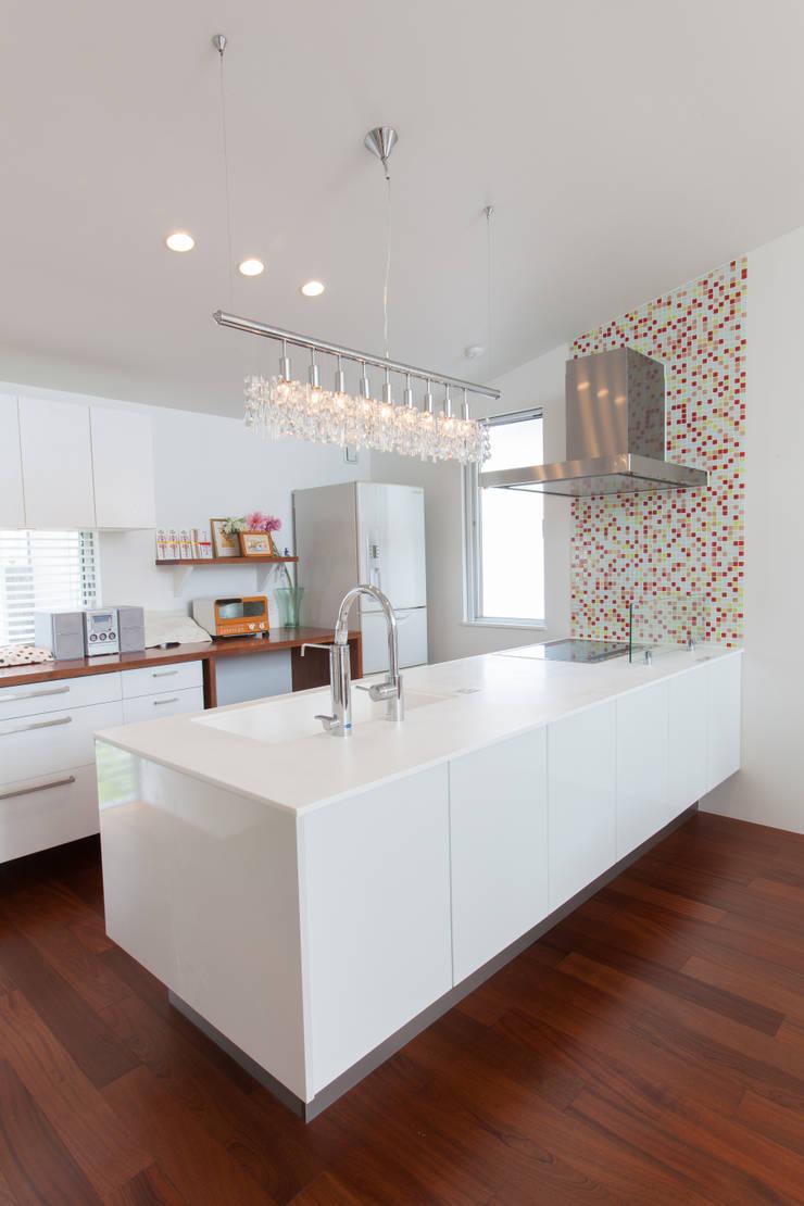 カラフルタイルのキッチン: 株式会社 atelier waonが手掛けたキッチンです。