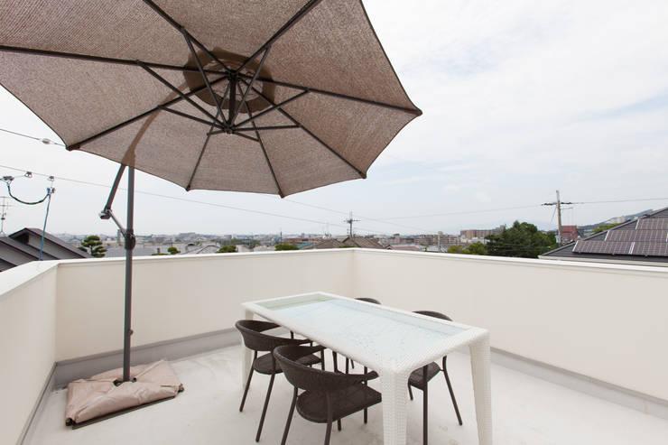 屋上: 株式会社 atelier waonが手掛けたテラス・ベランダです。