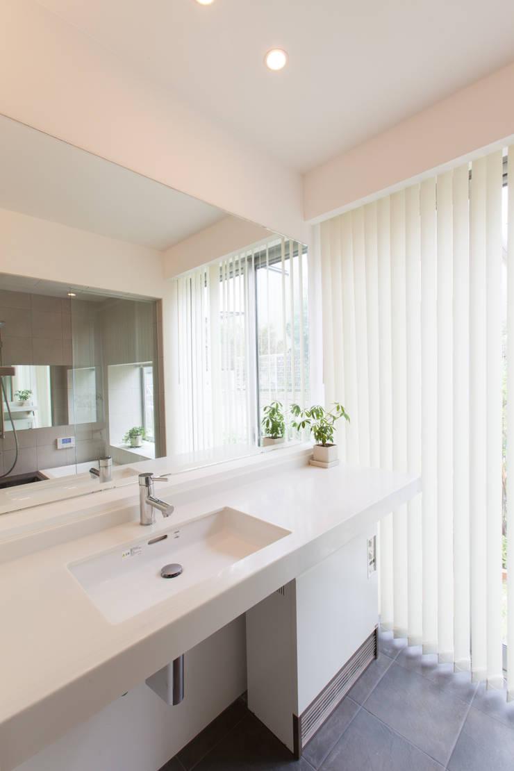 洗面所: 株式会社 atelier waonが手掛けた浴室です。