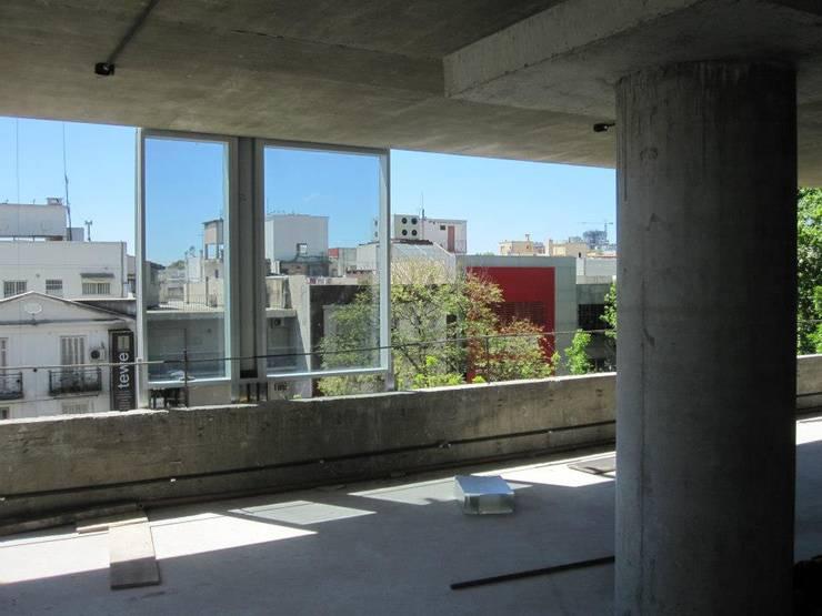 Edificio de oficinas Libertador 6680: Ventanas de estilo  por mm ARQUITECTOS