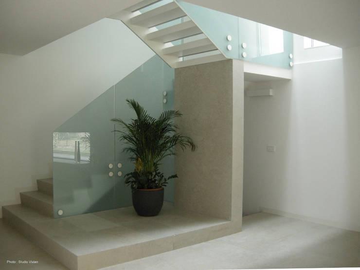 Urban House: Ingresso & Corridoio in stile  di Studio Vivian
