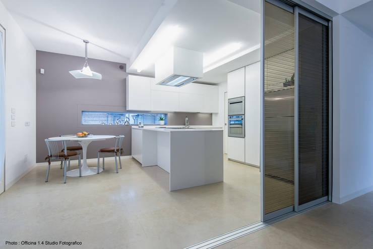 Urban House: Cucina in stile  di Studio Vivian