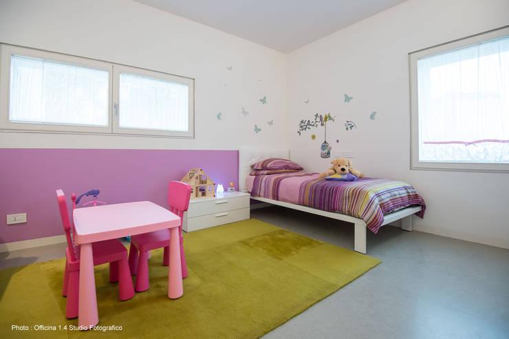 Urban House: Stanza dei bambini in stile  di Studio Vivian