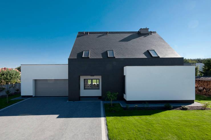Garage/shed by AAYE Architekci
