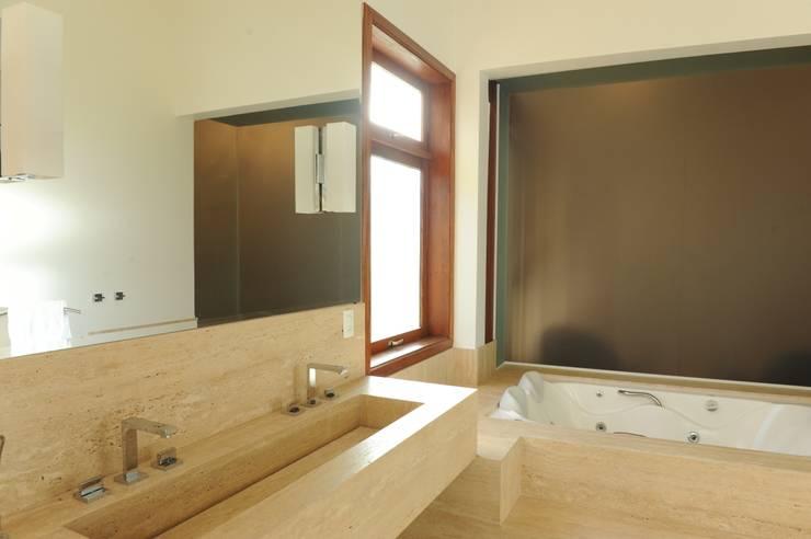 Casa de Campo: Banheiros campestres por Marcela Mendes Interiores