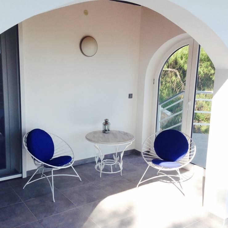 covered part of terrasse:  Balkon, Veranda & Terrasse von Cocooninberlin