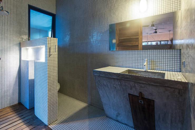 Projekty,  Łazienka zaprojektowane przez Studio Arquitectos