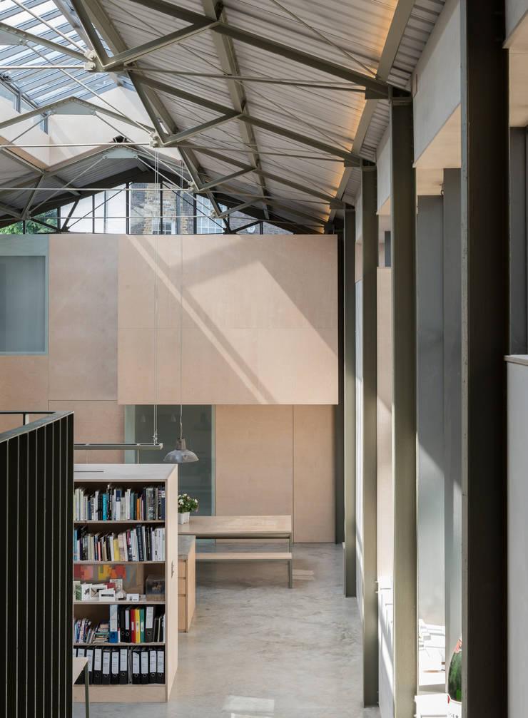 Corredores e halls de entrada  por Henning Stummel Architects Ltd,