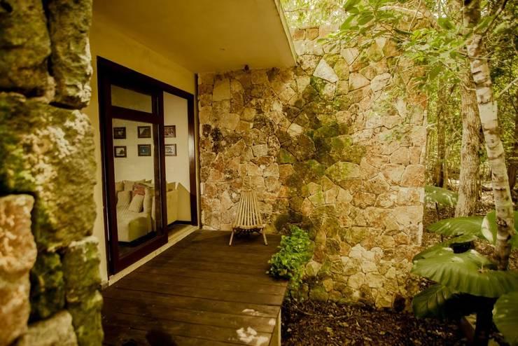Casa Itmon: Casas de estilo  por IURO