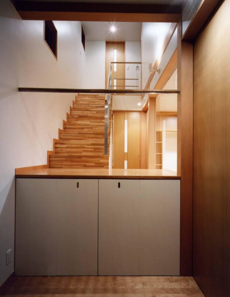 ガレージのある家: 池野健建築設計室が手掛けた廊下 & 玄関です。