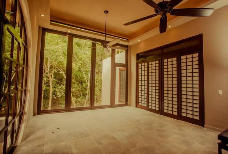 Casa Baya: Salas de estilo  por IURO