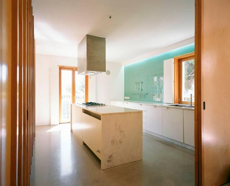 Casa HDM: Cozinhas modernas por SAMF Arquitectos