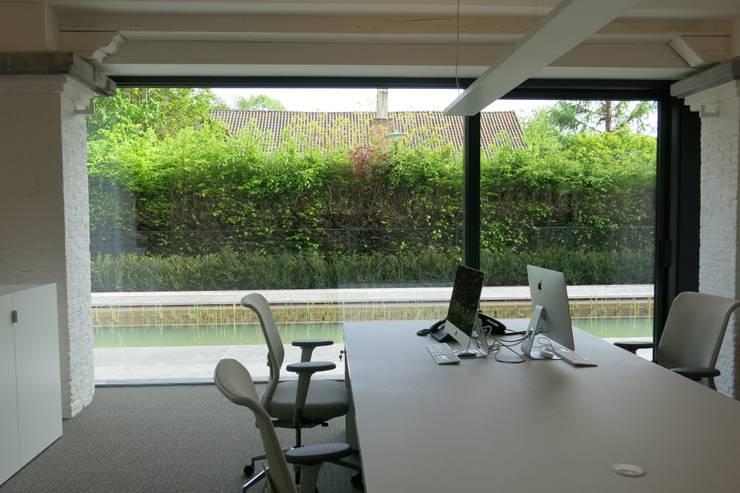 Tiendenschuur Van Mol:  Studeerkamer/kantoor door metamorfos.architecten bvba