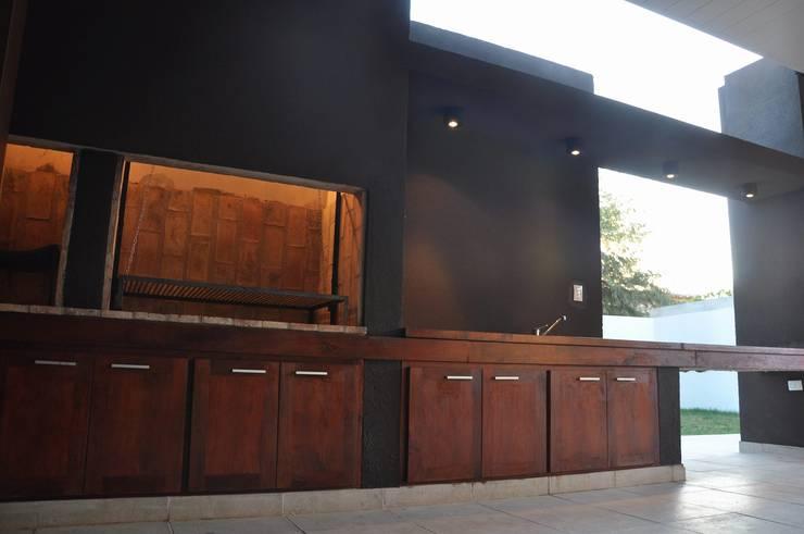 Casa B° Juramento: Pasillos y recibidores de estilo  por Kawsay Arquitectura