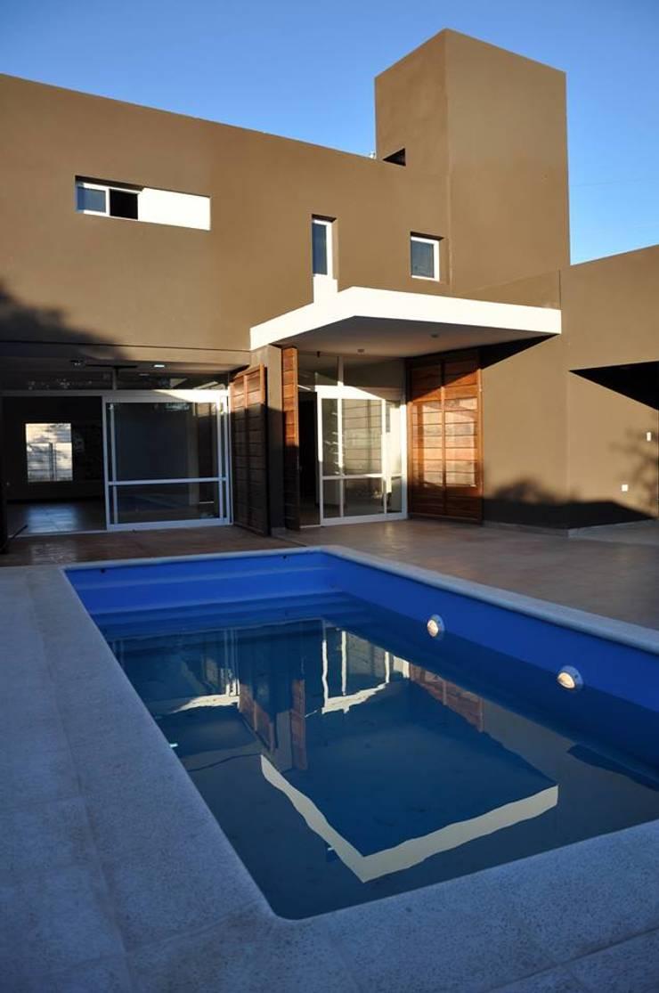 Casa B° Juramento: Piletas de estilo  por Kawsay Arquitectura,