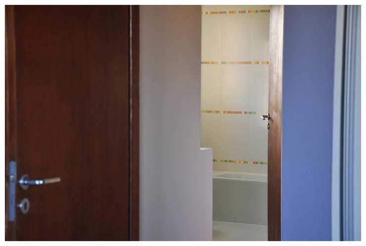 Casa B° Juramento: Ventanas de estilo  por Kawsay Arquitectura,