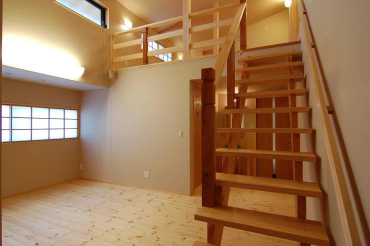 恒屋の家: 今村建築一級建築士事務所が手掛けた寝室です。