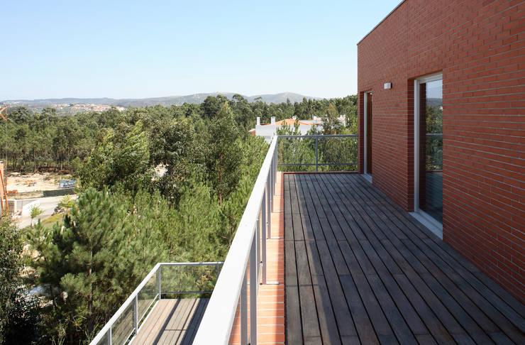 Casa Pinhal Verde : Terraços  por SAMF Arquitectos