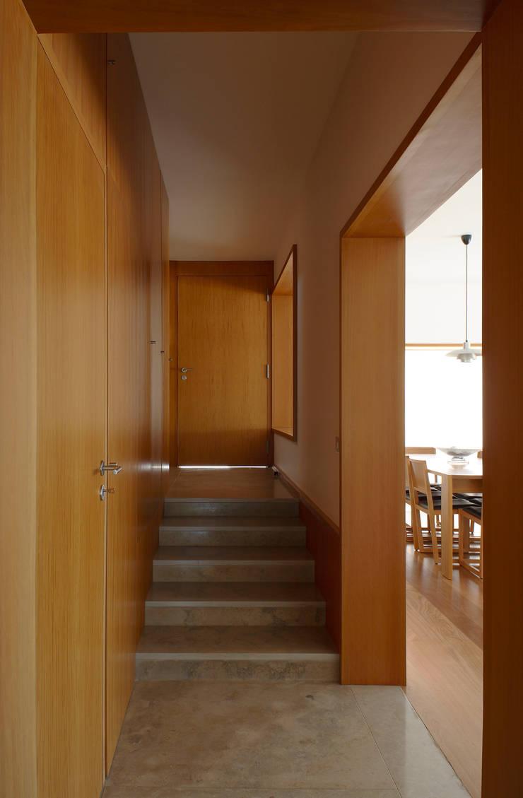 Casa Pinhal Verde : Corredores e halls de entrada  por SAMF Arquitectos