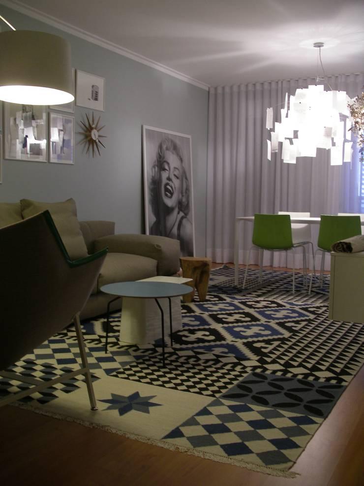 Apartamento LB: Salas de estar  por Space Invaders _ Arquitectura e Design