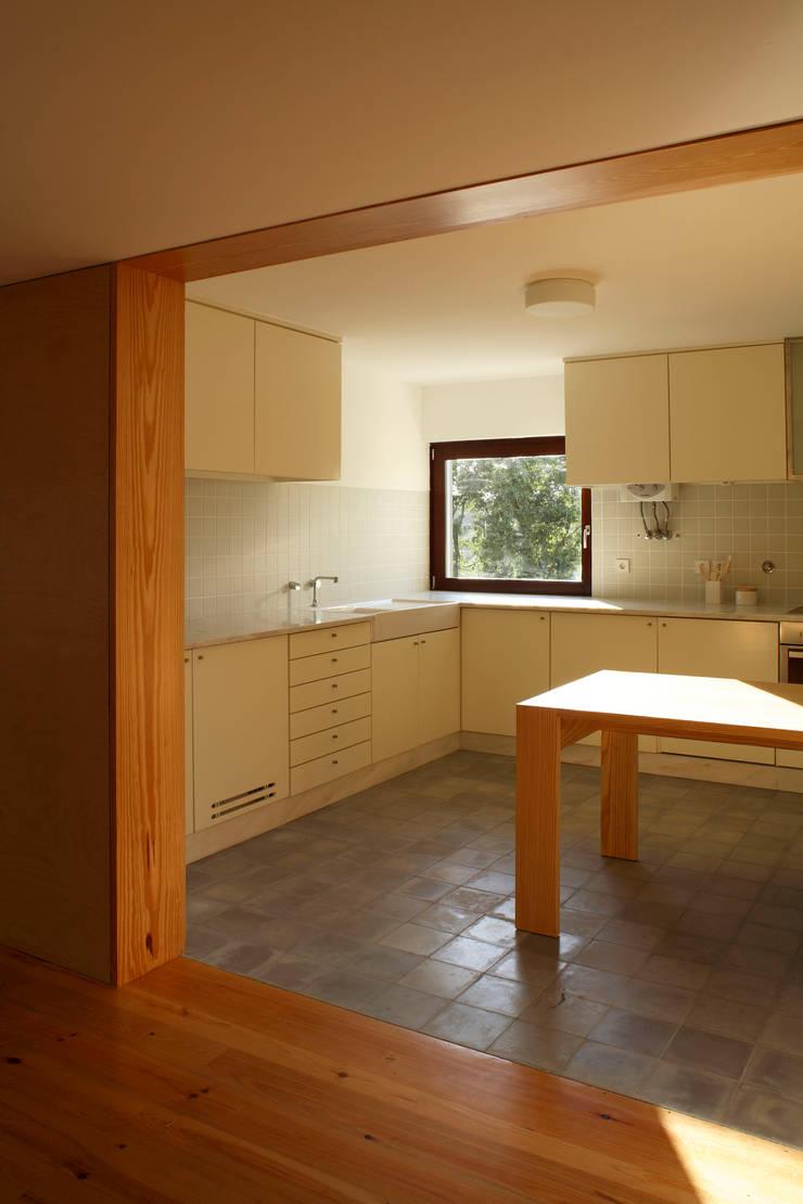 Casa Eira: Cozinhas  por SAMF Arquitectos