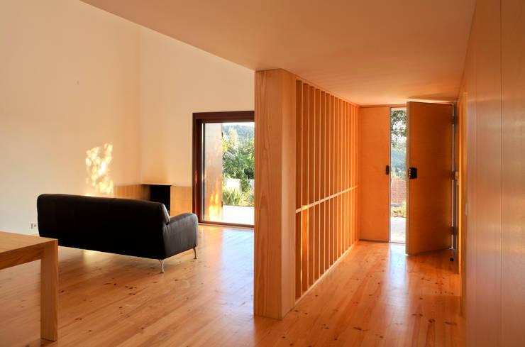 Casa Eira: Salas de estar  por SAMF Arquitectos