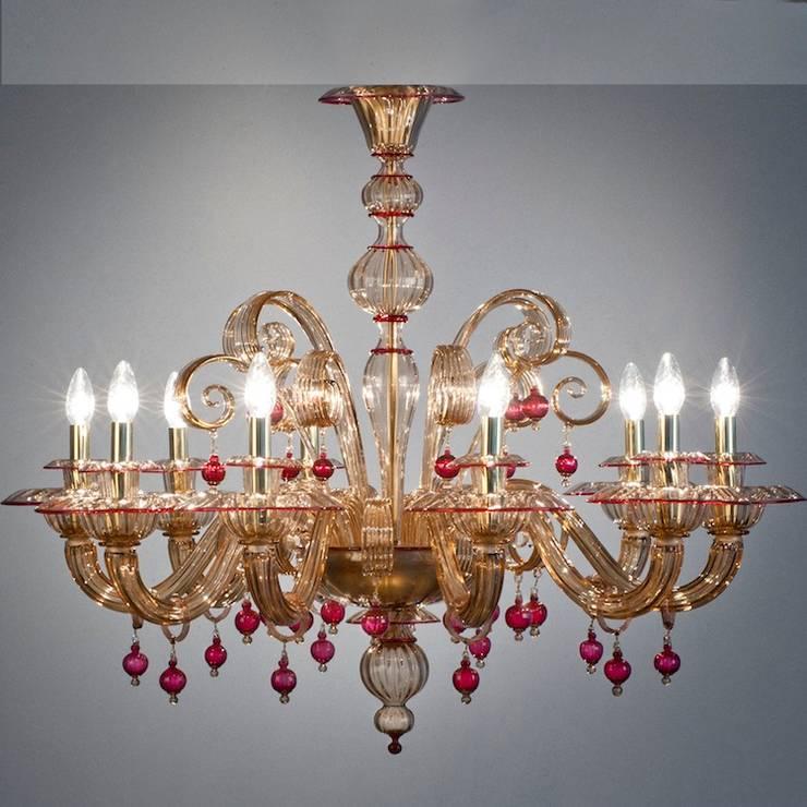 Lampadario classico ambra e rubino in vetro di Murano - MANIN: Camera da letto in stile  di YourMurano Lighting