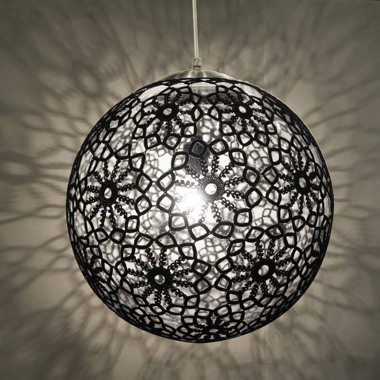 Lámparas: Hogar de estilo  por Kat & Ibin
