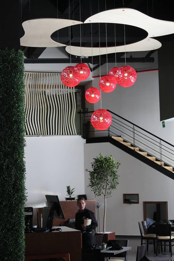 Spaces: Hogar de estilo  por Kat & Ibin
