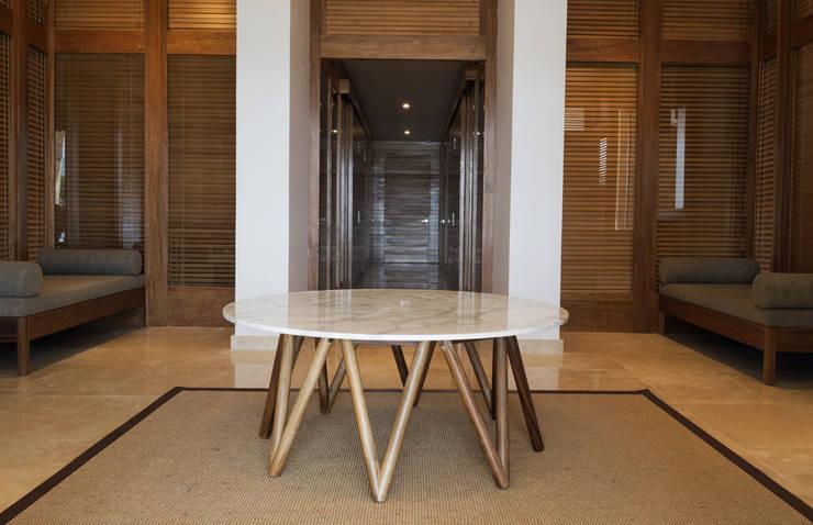 Hotel Nima Bay: Vestíbulos, pasillos y escaleras de estilo  por diesco