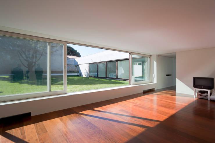 Projeto: Salas de estar  por Figueiredo+Pena
