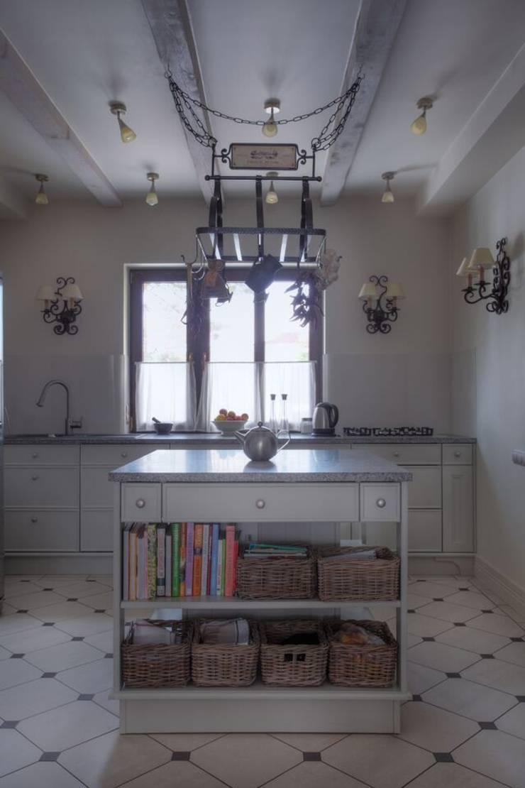 Dom na Krzykach : styl , w kategorii Kuchnia zaprojektowany przez Jeżewska & Zakrawacz,Klasyczny