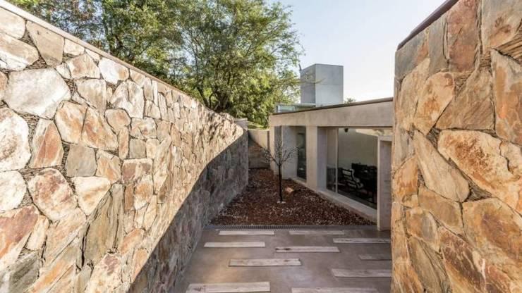 Casa Q2 : Pasillos y recibidores de estilo  por Arq. Santiago Viale Lescano