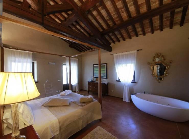 ANNESSO RUSTICO DI VILLA DELLA TORRE: Camera da letto in stile  di Studio Feiffer & Raimondi