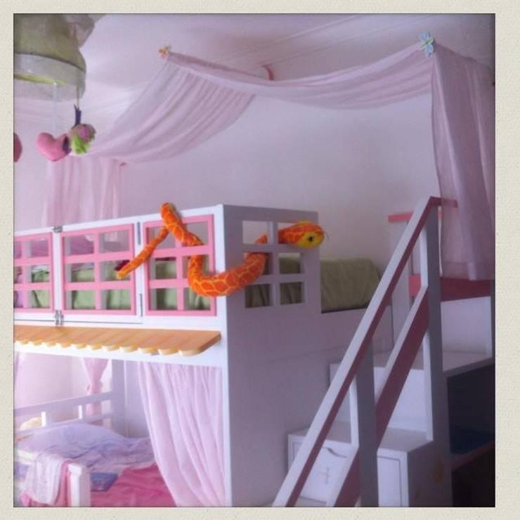 Beliche Casinha com Escada Estante: Quarto de crianças  por Oficina Rústica (OFR Unipessoal Lda)