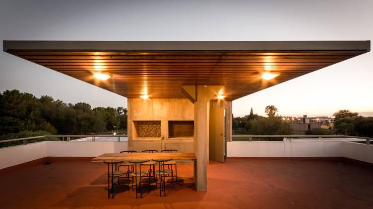 CASA LA SANTINA Balcones y terrazas modernos: Ideas, imágenes y decoración de barqs bisio arquitectos Moderno