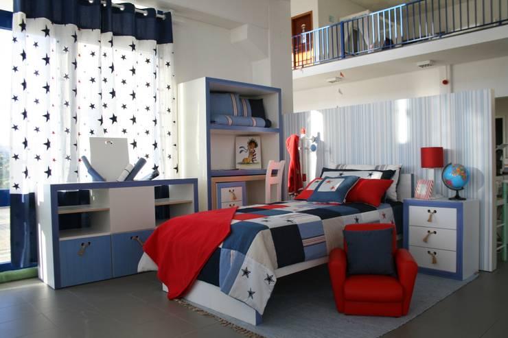 Ambiente Azuis/Vermelhos: Lojas e espaços comerciais  por Oficina Rústica (OFR Unipessoal Lda)