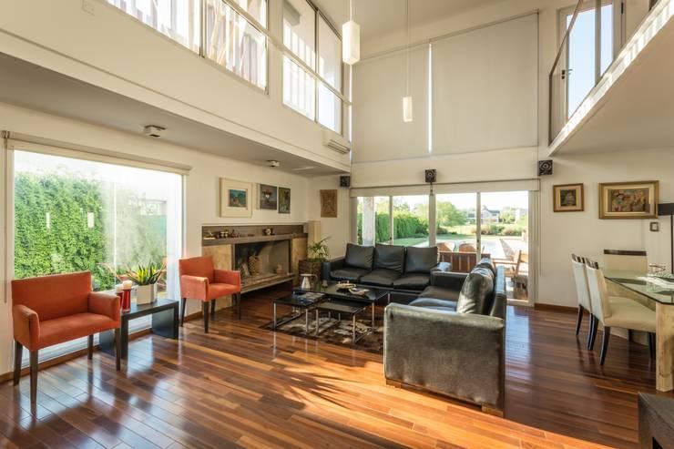 CASA LA SANTINA : Livings de estilo  por barqs bisio arquitectos