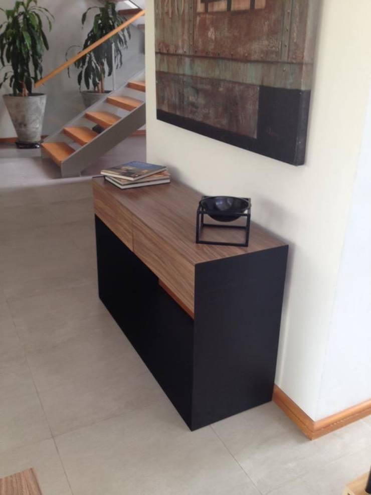 Muebles sobre diseño: Vestíbulos, pasillos y escaleras de estilo  por Weld