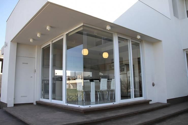 De líneas puras – Casa N Los Olivos: Casas de estilo moderno por CB Design