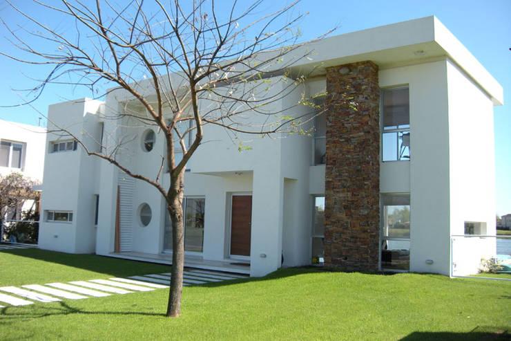 Casa San Isidro Labrador: Casas de estilo moderno por arqpizzini