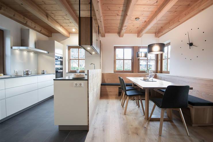 Planung und Umsetzung eines Koch- und Essbereiches in Wagrain: minimalistische Esszimmer von FRAME Innenarchitektur