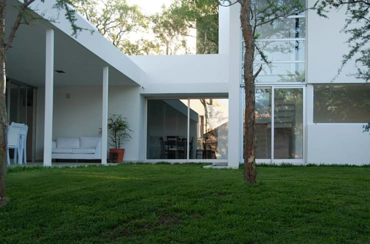 Vivienda en el Bosque: Casas de estilo  por FKB ARQUITECTOS,Moderno