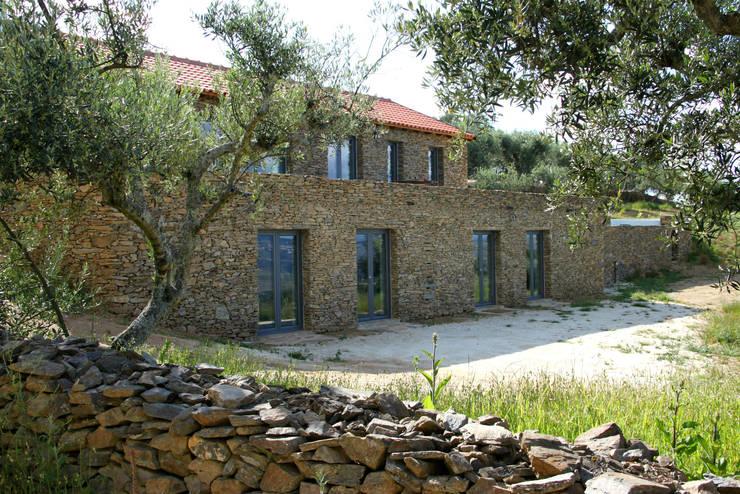 Fachada Principal: Casas  por Germano de Castro Pinheiro, Lda