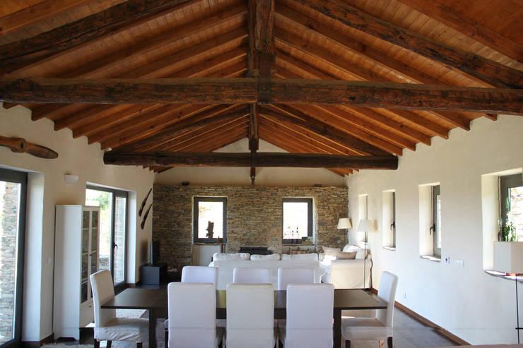 Sala de estar / jantar: Sala de estar  por Germano de Castro Pinheiro, Lda
