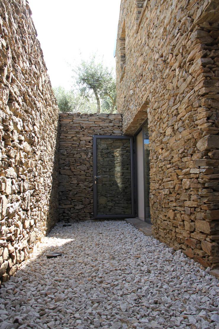 Pátio interior: Terraços  por Germano de Castro Pinheiro, Lda