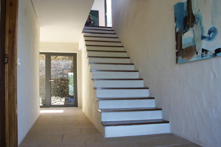 Escadas interiores: Corredores e halls de entrada  por Germano de Castro Pinheiro, Lda