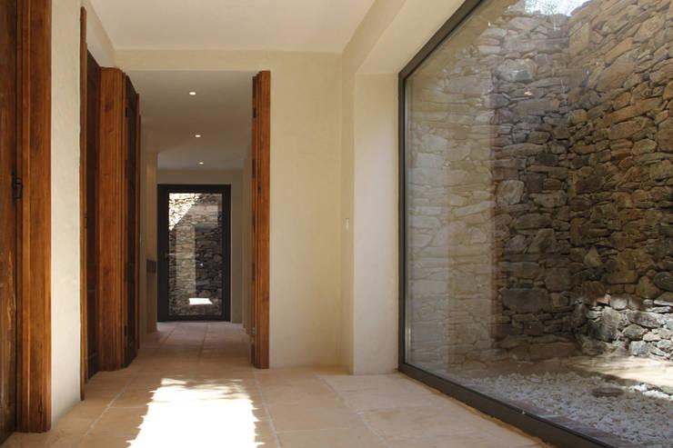 Corredor: Corredores e halls de entrada  por Germano de Castro Pinheiro, Lda