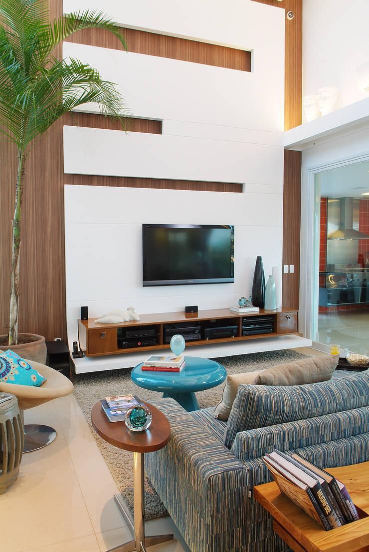 Casa Knittel: Salas de estar  por 360arquitetura,